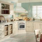 Бежевая кухня со светло-голубым