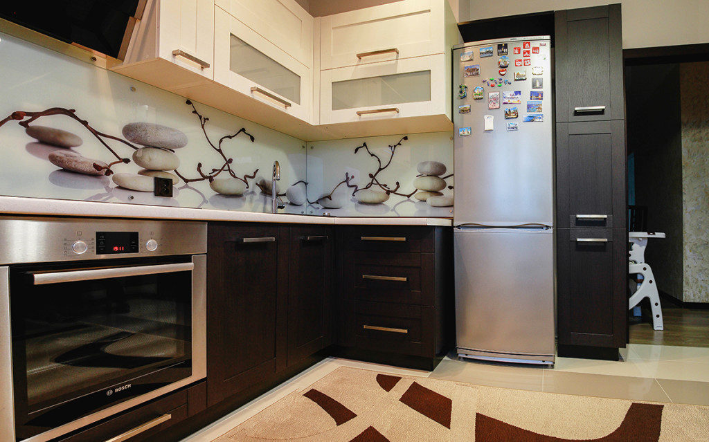 Бежевая кухня в коричневом окружении