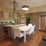 Бежевая кухня в загородном доме