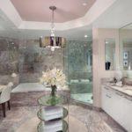 Большая светлая ванная облицовка розовым мрамором
