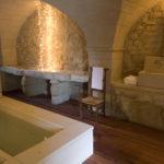 Большая ванная катакомбный стиль из грубого камня
