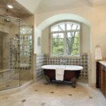 Большая ванная комната мраморная плитка кабинка душа из стекла