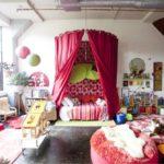 Декор детской комнаты балдахин и кушетка шаровой светильник