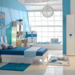Декор детской комнаты белый глянцевый пол синие стены и текстиль