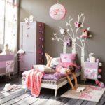 Декор детской комнаты деревья из самоклейки и много скворечников