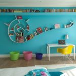 Декор детской комнаты голубая стена со спиральной полкой
