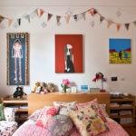 Декор детской комнаты картины и гирлянды из флажков на стене