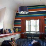Декор детской комнаты много подушек и широкий диван