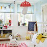 Декор детской комнаты много света и ярких игрушек