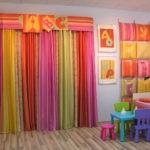 Декор детской комнаты разноцветные шторы