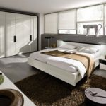 Декор спальни бело-коричневый хай-тек