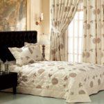 Декор спальни накидка кровати и гардины в одном стиле
