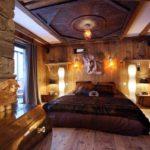 Декор спальни рустик мореное дерево и коричневый шелк