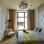 Декор спальни с панорамным окном и фреской над кроватью