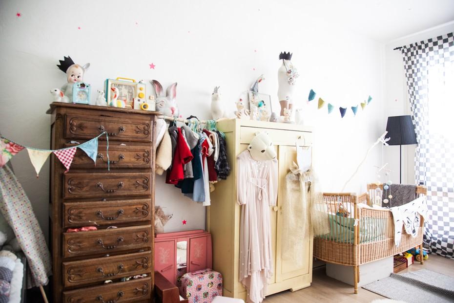 Декор в детской комнате старая мебель
