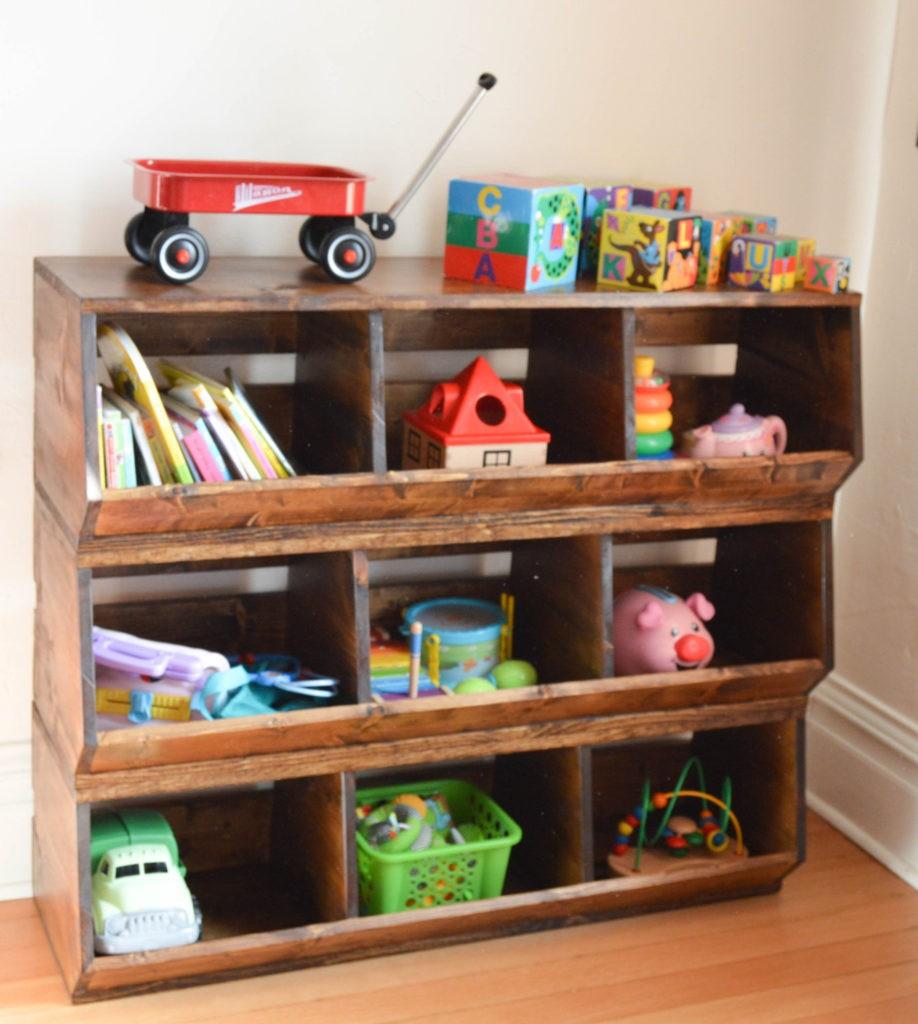 Декор в детской комнате старые стеллажи