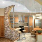 Декоративный камень на кухне бар-стойка отделана сланцем