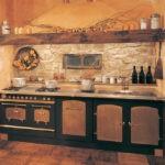 Декоративный камень на кухне фартук в стиле кантри