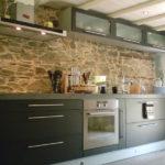 Декоративный камень на кухне каменная стена