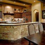 Декоративный камень на кухне кантри бар-стойка