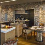 Декоративный камень на кухне комнатная перегородка