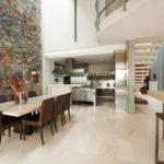 Декоративный камень на кухне стена