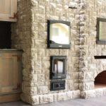 Декоративный камень на кухне стилизация под печку