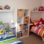 Дизайн детской комнаты для двух разнополых детей с прикроватным шкафом