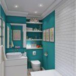 Дизайн интерьера узкой ванной комнаты с полочками