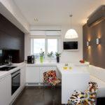 Дизайн кухни в современном стиле с уголком отдыха в квартире