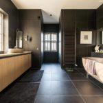 Дизайн просторной ванной комнаты в частном доме