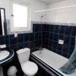 Дизайн ванной комнаты 6 кв м с кафельной плиткой ультрамаринового цвета