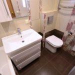 Дизайн ванной комнаты 6 кв м со вставками цветочных принтов
