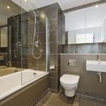 Дизайн ванной комнаты с навесным шкафчиком под зеркалами