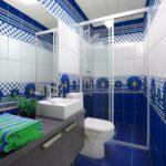 Дизайн ванной комнаты с васильковым рисунком на кафельной плитке