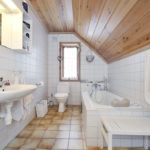 Дизайн ванной комнаты в частном доме евровагонка и кафель