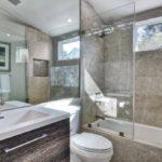 Дизайн ванной комнаты в частном доме хайтек в цокольном этаже