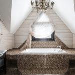Дизайн ванной комнаты в частном доме под крышей