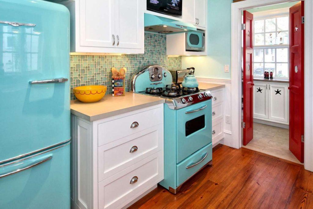 Холодильник голубого цвета в интерьере кухни