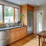 Холодильник с металлическим оттенком в интерьере кухни
