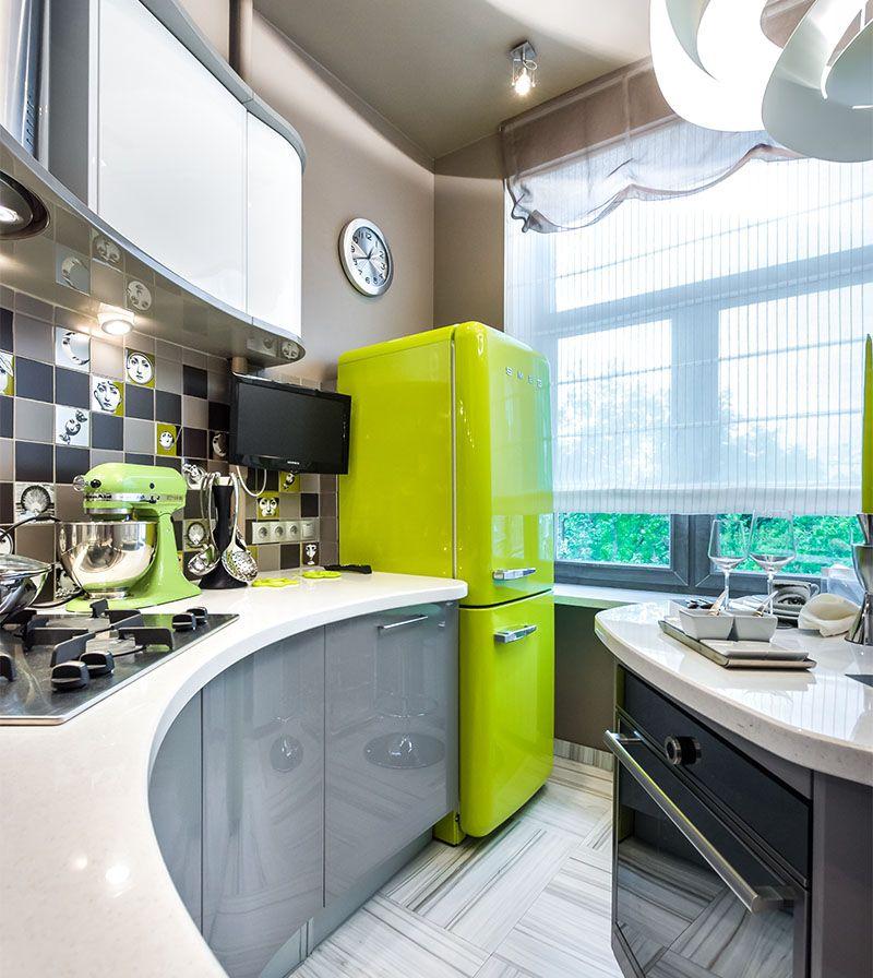 Холодильник салатового цвета в интерьере кухни