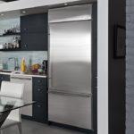 Холодильник серого металлического цвета в интерьере черно-белой кухни