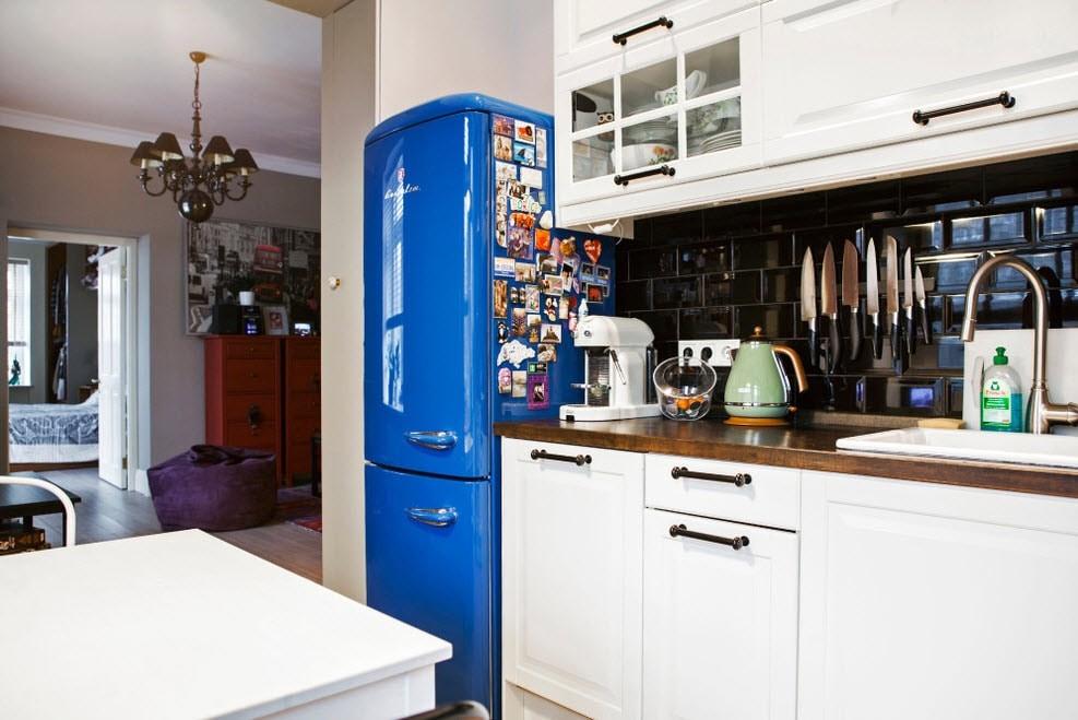 Холодильник синего цвета в интерьере кухни