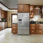 Холодильник в интерьере кухни большого размера