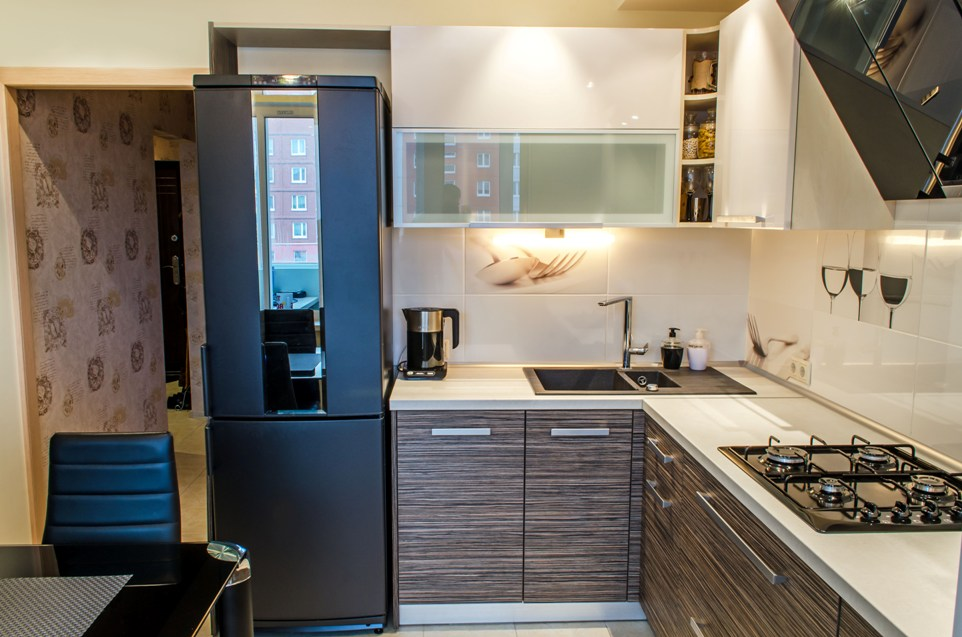 Холодильник в интерьере кухни черный цвет