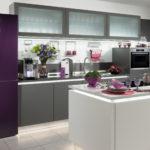 Холодильник в интерьере кухни фиолетовый фасад