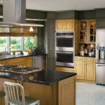 Холодильник в интерьере кухни классического стиля