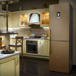 Холодильник в интерьере кухни отдельно стоящий