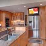 Холодильник в интерьере кухни с островным дизайном