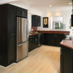 Холодильник в интерьере кухни стиля контемпорари